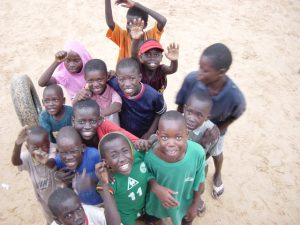 4senegal-mekhe-streetscene-kids-by-truck
